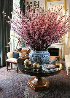 The Enchanted Home: 30 MORE reasons why blue and white ginger jars rock! Tables Tableaux, Enchanted Home, Deco Floral, Chinoiserie Chic, Spring Blooms, Ginger Jars, White Decor, Floral Arrangements, Flower Arrangement