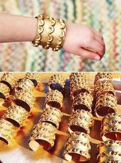 Bracelets égyptien en rouleaux de papier toilette + pâtes, bombés à la peinture or toilet paper roll macaroni gold spray = egyptian art: