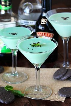 mint drink Grab your cocktail shaker and enjoy the fabulous flavors of Thin Mints in cocktail form! A Thin Mint cocktail is sure one tasty and fun way to enjoy those favorite flavors of Thi Tea Cocktails, Bar Drinks, Holiday Cocktails, Thin Mints, Smoothie Drinks, Smoothies, Cocktail Shaker Recipes, Cocktail Images, Cocktails