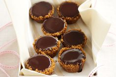Caramel kisses This simple dessert combines the perfect pairing of dark chocolate and rich caramel. Finger Desserts, Easy Desserts, Delicious Desserts, Yummy Food, Candy Recipes, Sweet Recipes, Dessert Recipes, Kisses Recipe, Biscuits