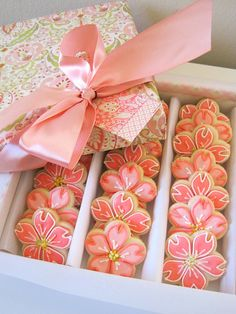 Cherry Blossom Cookies -- Gorgeous way to frost flower cookies! Fancy Cookies, Iced Cookies, Cute Cookies, Royal Icing Cookies, Cookies Et Biscuits, Sugar Cookies, Pink Cookies, Cherry Cookies, Sweet Cookies