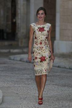 Letizia lleva un 'look' de estilo 'muy español', con un vestido 'midi' ajustado de cuello caja con flores bordadas, sandalias rojas y un moño bajo.