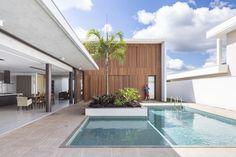 Construído na 2014 na Brasília, Brasil. Imagens do Joana França. O projeto solicitado para esta casa, situada em um condomínio fechado nos arredores de Brasília, deveria ser sóbrio, sem ostentação,...