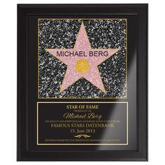 Ehre einen wichtigen Menschen mit dem Star of Fame! Dieses personalisierte Bild schmückt ein Sternmotiv, das Du individuell widmen kannst - mit Namen und Datum!