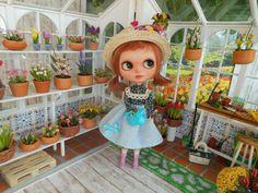 https://flic.kr/p/RAd9Sn | Penny Jardinera | Penny es una Blythe fake customizada por mi. El invernadero Esta hecho por mi en madera y las plantas son la tienda de Etsy Mycraftgarden.