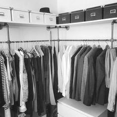 Offener Kleiderschrank aus Stahlrohr // Open wardrobe made of steel pipe