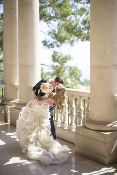 bride and groom romantic kiss http://itgirlweddings.com/opulent-wedding-flower-inspiration/