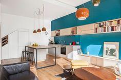 Le salon bleu canard en décoration Style Deco, Corner Desk, Table, Furniture, Home Decor, House Ideas, Light Wood Flooring, Blue Shed Furniture, White Couches
