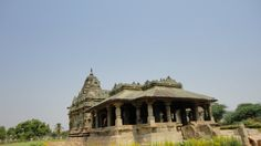 Lakkundi is a small village in Karnataka close to the regal capital of the Badami Chalukyas, which boasts beautiful heritage temples, ruined temples and ancient tanks.