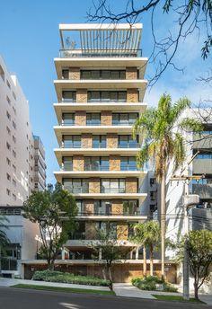 Os brises desenvolvidos pela artista garantem um sombreado especial aos apartamentos e se destacam na paisagem urbana