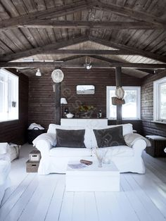 love the dark roof/walls and light floor combo. Has a very cabin-y feel