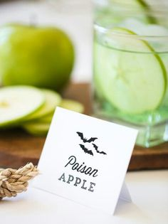 Poison Apple (Halloween Drink) - 8cl Vodka ; 4cl Orange liqueur ; 4cl Apple liqueur ; 1 Apple slice ; Ice+Shaker