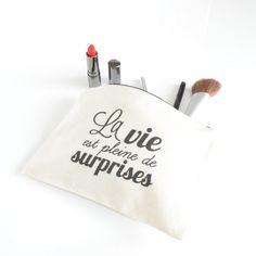 """Pochette """"La vie est pleine de surprises"""" by Petite Mila #BeMyGift #women #pouch #makeup #gift #wishlist"""