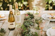 decoração de jardim para casamentos - Aproveite as mesas dos convidados para usar detalhes fofos pertinentes à decoração que você escolheu. Tudo para envolvê-los no seu grande dia!