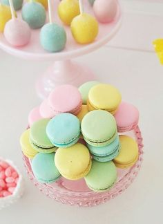Pretty Pastel - Macarons and Cake Pops Squires Squires Reyes Yummy Treats, Sweet Treats, Yummy Food, Image Pastel, Pastel Party, Pretty Pastel, Dessert Recipes, Desserts, Cute Food