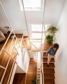 """Um cantinho com muito respiro para o verde em espaços abertos e iluminados. O projeto da @souzakasa mistura madeira, cimento queimado, luz…"""" • 3 de Dez, 2019 às 12:16 UT Staircase Design, Stairs, Loft, Interior, Furniture, Instagram, Home Decor, Wood, Objects"""