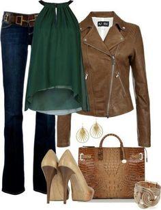 Look despojado, combinando o jeans (coringa), varinha de seda sobre-posta e jaqueta de couro marrom, salto mude e bolsa estilo crocodilo... Sofisticado + básico = ELEGÂNCIA.