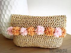 BOLSO DE MANO DE RAFIA CON POMPONES / Knit and Love