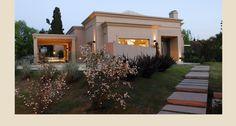 Casa PB — Estudio Junor Flat Roof House, Facade House, Best Modern House Design, Small House Design, Modern Bungalow House, Modern House Plans, Casas Country, Classic House Exterior, House Outside Design