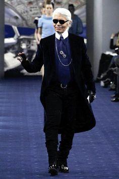 #Los100iconosdemoda Karl Lagerfeld Doce años después del fallecimiento de Coco Chanel, Karl Lagerfeld fue nombrado director creativo de la firma. Una ambiciosa tarea para un hombre que ya había trabajado con Fenci, Chloe o Valentino. Bajo su mando, Chanel se ha convertido en una de las firmas más rentables del mundo, gracias a su revisión de los clásicos de la marca, introduciendo detalles irreverentes como cadenas o tachuelas. En el mundillo se le llama el kaiser.