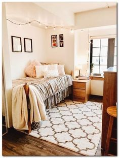 Pin by taylor butterbaugh on room decor in 2019 decor dormitor, decorațiuni Dorm Room Themes, College Bedroom Decor, Dorm Room Designs, College Room, Cute Dorm Rooms, College Life, Bedroom Organization Diy, Organization Ideas, Dorm Decorations