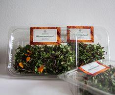 """El Micromezclum Premium es nuestra mezcla más completa. Infinidad de sabores en un mismo producto, herbáceos, picantes, dulces, amargos, etc. en un mismo producto. Es extremadamente versátil, puedes utilizarlo como un pequeño """"bouquet"""" siendo el remate ideal para dar personalidad a tus creaciones, tanto estéticamente como por su sabor. Kale, Food, Decor, Salads, Sweets, Red Cabbage, Edible Flowers, Fennel, Shades Of Red"""