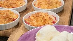 Rabarberpaj med kokoschips - Recept - Stowr Crunches, Mashed Potatoes, Macaroni And Cheese, Ethnic Recipes, Desserts, Food, Whipped Potatoes, Tailgate Desserts, Mac And Cheese