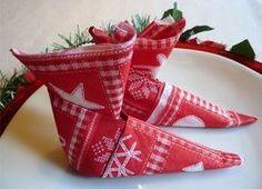 pliage serviettes déco de table noel http://www.grandiravecnathan.com/bricolage/les-serviettes-bottes-de-lutin.html