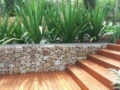 Mur en gabion comme un élément décoratif dans le jardin
