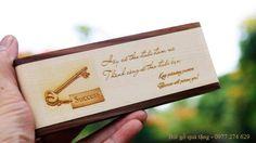 Hộp đứng bút nước dạng xoay, khắc được logo, ảnh và nội dung lên sản phẩm. Hotline: 0902 262 669
