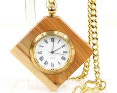 Montre gousset et chaîne en or 24 carat s'accrochent sur une ceinture ou une poche. Montre à quartz de poche en bois de pays. Nature du bois de pays : If