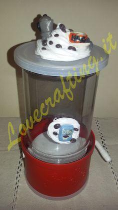 Miniature in fimo per decorare il barattolo del caffè decaffeinato