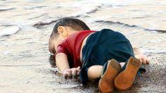 Gracias a Nilufer Demir y a los medios de comunicación sabemos que se llama Aylan Kurdi, que tenía tres años y que murió junto a su hermano de cinco, Galip Kurdi, y su madre