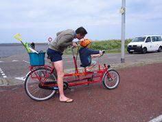 Pa en zoon samen fietsen op Ameland. Friesland