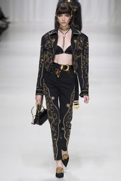 The complete Versace Spring 2018 Ready-to-Wear fashion show now on Vogue Runway. Donatella Versace, Gianni Versace, Versace Versace, Fashion 2018, Runway Fashion, High Fashion, Fashion Trends, Steampunk Fashion, Milan Fashion
