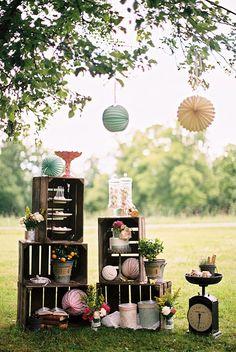 Une décoration temporaire et modulable pour un événement ou une fête en extérieur avec des caisses en bois  http://www.homelisty.com/caisses-en-bois-jardin-balcon-terrasse/