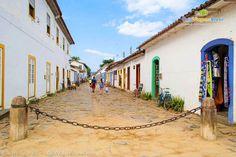 As ruelas de paralelepípedo são palco da Flip - Festa Literária Internacional de Paraty. Conheça e participe >>> http://www.guiaviagensbrasil.com/blog/festa-literaria-internacional-de-paraty-arte-e-cultura/
