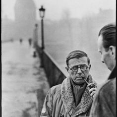 Jean-Paul Sartre by Henri Cartier-Bresson. That composition, facial expression, mastery of exposure! I do not believe a portrait can be any more enigmatic than this. Robert Doisneau, Jean Paul Sartre Frases, Candid Photography, Street Photography, Classic Photography, Documentary Photography, Albert Camus Frases, Henri Cartier Bresson Photos, Ex Machina