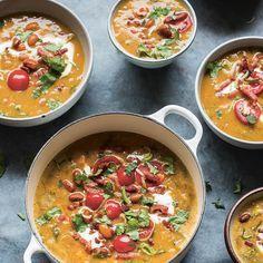 Deze soep geeft je een boost in de winter. Hij is rijkgevuld met bruine bonen, prei, tomaten en spekjes. Serveer met een dot griekse yoghurt en wat verse korianderblaadjes. Dit recept is van 24-Kitchen chef en Jamie-vriend Miljuschka Witzenhausen. 1...