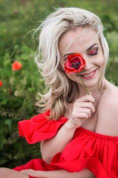 Яркая и креативная сьемка маковом поле Portrait Photography Poses, Photo Poses, Creative Photography, Portraits, Girls With Flowers, Flowers In Hair, Merci Marie, Ginger Girls, Happy Women
