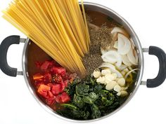 Italian Wonderpot (One Pot Pasta) - All the ingredients for this Italian Wonderpot cook together in one pot to make an incredibly fast, flavorful, and easy weeknight meal. Step by step photos. Pasta Recipes, Dinner Recipes, Cooking Recipes, Roasted Red Pepper Pasta, Vegetarian Recipes, Healthy Recipes, Delicious Recipes, One Pot Pasta, Frozen Spinach