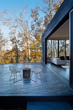 In ARCHITECTUREFIRM's James River House, the Series 600 Multi-Slide door is comprised of five panels of dual-paned, low-E glass, which helps keep the house warm during Virginia winters. All windows and doors feature thermally broken aluminum. Architecture Design, River House, Cabins In The Woods, Minimalist Home, Minimalist Design, Modern House Design, Virginia, Windows And Doors, Black House