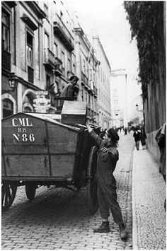 recolha do lixo Old Pictures, Old Photos, Southern Europe, Vintage Photography, Vintage Posters, The Dreamers, Old Things, Black And White, City