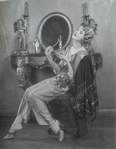 Staying in Vogue in the Roaring 20s: http://www.universityoffashion.com/lessons/keeping-joneses/