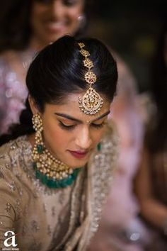 Looking for South Indian bridal portrait? Browse of latest bridal photos, lehenga & jewelry designs, decor ideas, etc. on WedMeGood Gallery. Tikka Jewelry, Indian Jewelry Sets, Head Jewelry, Indian Jewellery Design, Bridal Jewelry, Temple Jewellery, Jewelry Design, Indian Bridal Outfits, Indian Bridal Fashion