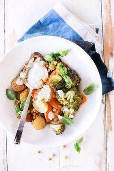 Lämmin salaatti on viileiden ilmojen ihana lounas! Tämä tuhti ja mausteinen salaattiherkku saa ruokaisuutta paahdetuista perunoista, parsakaaleista ja kikherneistä. Raikas jogurttikastike viimeistelee annoksen.