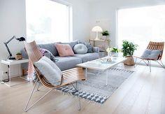 Salón cálido | paredes y techos blancos y mobiliario en tonos pastel | Vivienda luminosa | Estilo Escandinavo