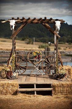 30 Rustic Country Wedding Ideas with Wagon Wheel Details rustikales Land Bauernhof Wagen Räder Hochz Outdoor Wedding Altars, Rustic Outdoor, Outdoor Weddings, Rustic Barn, Rustic Chic, Farm Wedding, Cowgirl Wedding, Wedding Signs, Wedding Venues