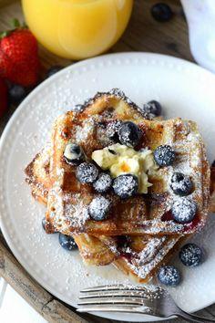 Buttermilk Blueberry Waffles Receta-Mantequilla Su Biscuit , Estos waffles de arándanos son ligeros y esponjosos por dentro y crujientes por fuera, la combinación perfecta. Tienes que proba..., Con Encanto, #comida #recetasencillas #recetaslatinas #postres #pastas #recetasaludables #españa #comidaespaña