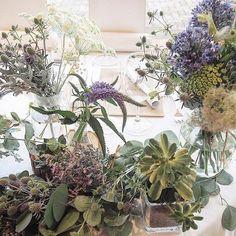 ご新郎さまとご新婦さまが着席される高砂のテーブルは、ナチュラル感あふれるお花や草を使った飾り付け。 お花はゲストテーブルにも置かれていて、家でドライフラワーにすると素敵なのでお持ち帰りも可能だとか。 ゲストの皆様も喜ばれていたようです。